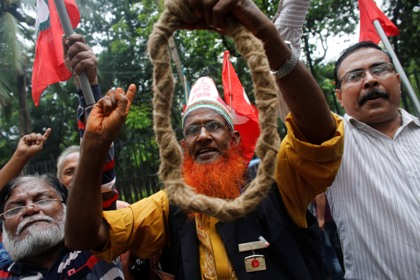 Members of Bangladesh Muktijoddha Sangsad, a welfare association for combatants who fought during the war for independence from Pakistan in 1971, shout slogans after a war crimes tribunal postponed Bangladesh Jamaat-e-Islami chief Motiur Rahman Nizami's verdict in Dhaka June 24, 2014. The International Crimes Tribunal postponed the verdict due to his illness, local media reported. REUTERS/Andrew Biraj (BANGLADESH - Tags: POLITICS CRIME LAW CIVIL UNREST TPX IMAGES OF THE DAY) - RTR3VEJW