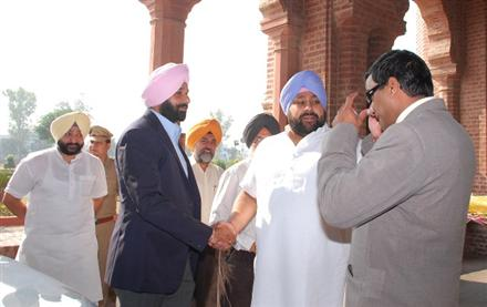 AAP releases photographs of Bikram Majithia with international druglord Satpreet Singh Satta